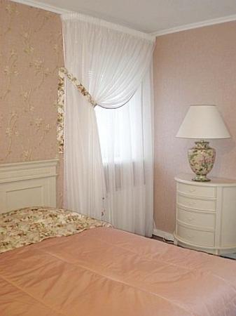 Шторы для спальни для маленького окна