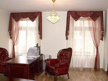 Классические шторы для кабинета.  Шторы с ламбрекеном - сваги треугольной формы, де жабо и бандо поукруглое.