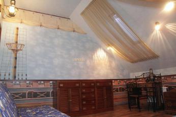Шторы для мальчика в морском стиле в детской комнате в загородном доме