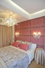 Шторы и покрывало для бежевой с розовым спальни